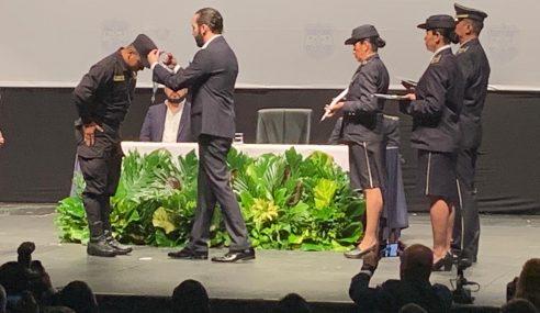 Presidente Nayib Bukele entrega distinción de la Orden del Mérito Policial Cruz de Oro