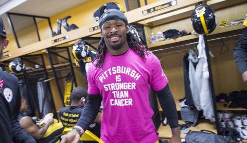 Jugador de fútbol americano paga más de 500 mamografías como homenaje a su madre