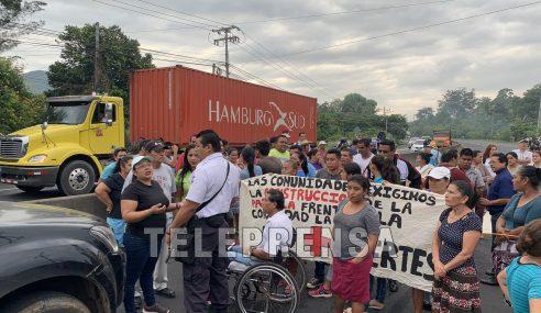 Comunidades de Quezaltepeque cierran paso en carretera y exigen construcción de pasarela
